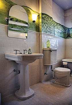 Bathroom Pedestal Sinks on Small Bathroom With Pedestal Sink   Bathrooms Designs